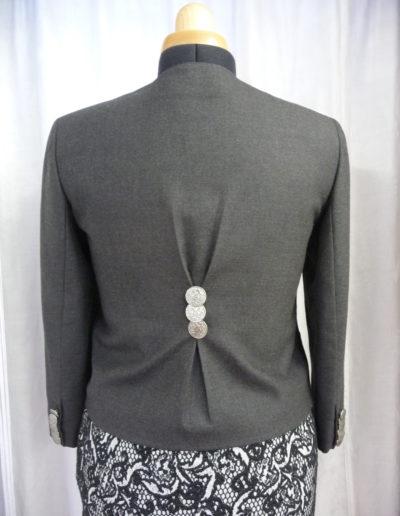 Jacke mit Rückenfalten und Knopfveredelung angepasst