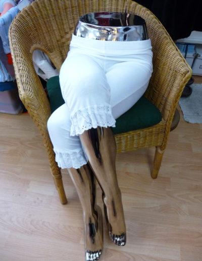 Trachtenleggings / Spitzenhose mit Spitzenabschluss am Saum. Wird unter der Tracht getragen.