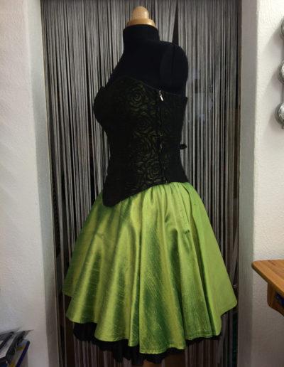 Corsage aus Doupionseide und Spitze mit Kreisjupe und Petticoat