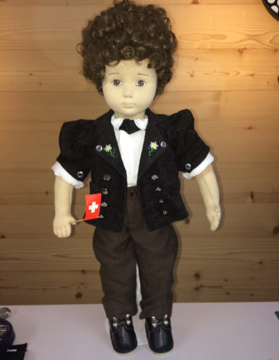 Puppe mit Cheesrock, Hemd, Jodlerknopf und Berntuchhose